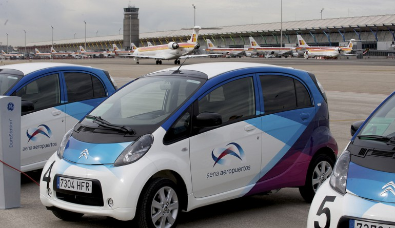 Aena's electric cars at Madrid airport / Flickr-Ministerio de Fomento