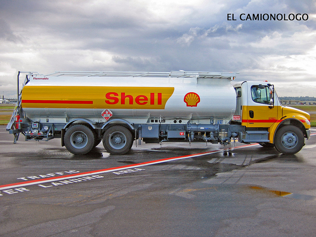 Shell Petrol Tanker at airport / Flickr-Carlos Manuel Reyes Santos