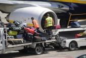 Swissport staff performing ramp handling to a Ryanair plane in Madrid airport / Flickr-ÁlvaroBa