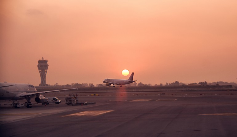 Sunrise at Barcelona airport / Flickr - Juanedc