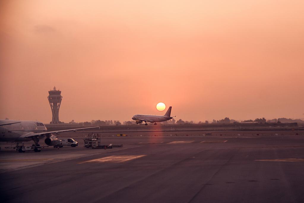Sunrise at Barcelona airport / Flickr - Juanedc