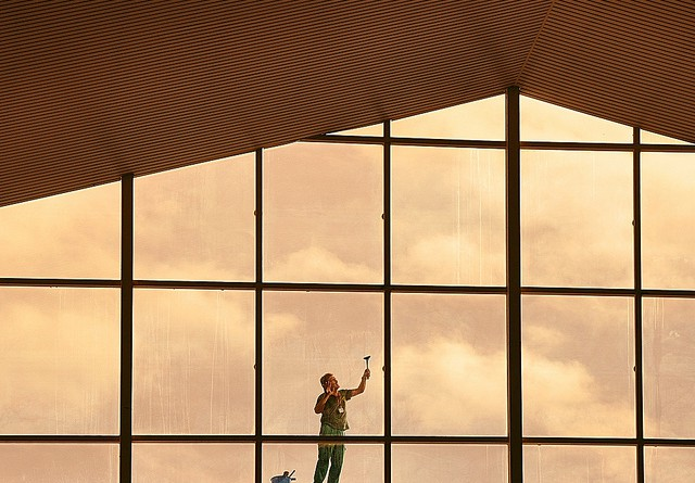 Man at work at T2 Málaga airport / Flickr - Dorte