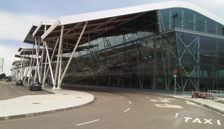 Zaragoza airport terminal by Juan50300 - Flickr