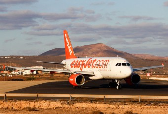 Easyjet A319 at Lanzarote airport by Andy Mitchell / Wikimedia Commons