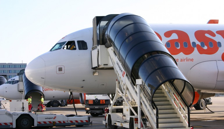 An easyJet aircraft being serviced by Swissport / by Jon Whitton - Flickr