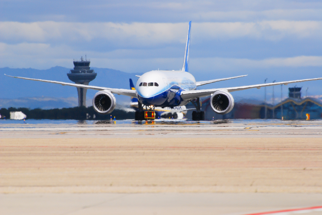 Brand new boeing 787 at Madrid airport with T4 in the background. By José A. - Flickr.