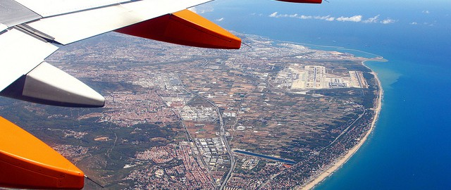 EasyJet above Barcelona by Victor - flickr