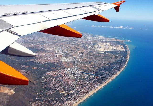 EasyJet above Barcelona by Victor - flickr