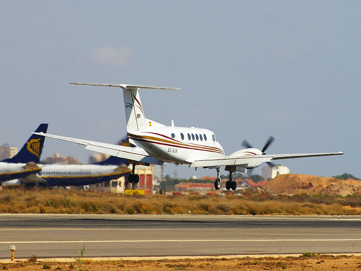 EC-IUX, Beech Super King Air B200, (cn BB-1840), TAS Transportes Aéreos del Sur, landing at San Javier by Fotero - Flickr