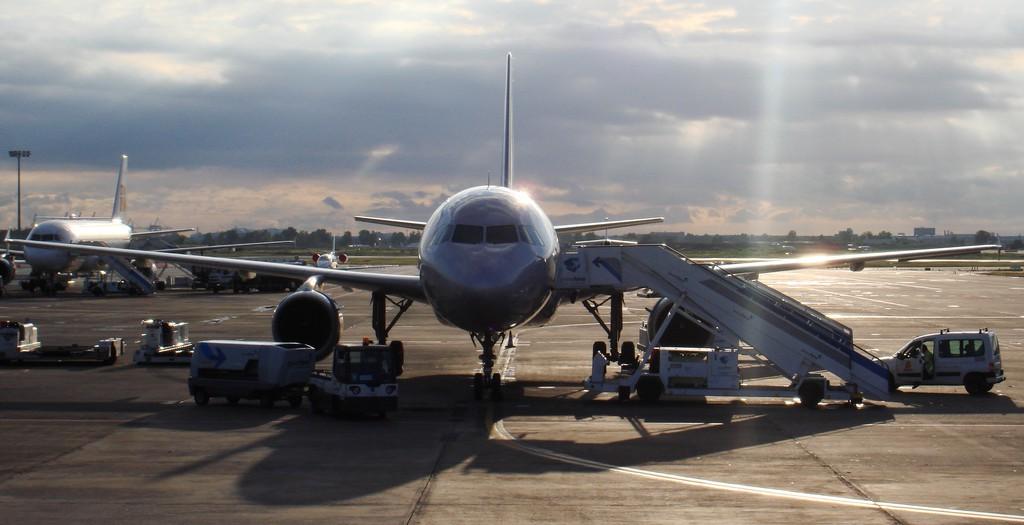 Aircraft at the Ibiza airport's platform by Jordi Sanchez Teruel - Flickr